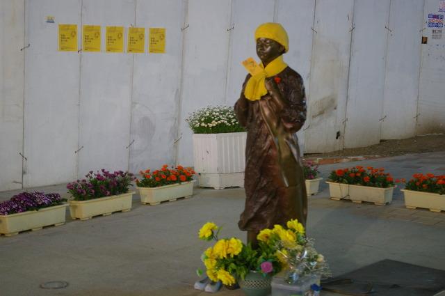 마산의 소녀상에 평화의 꽃을