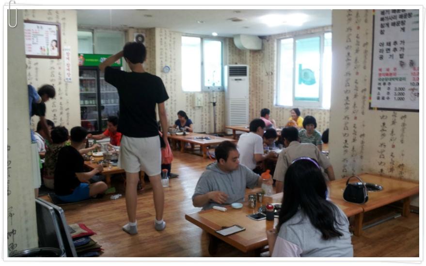 사람들이 가득찬 음식점 내부의 모습