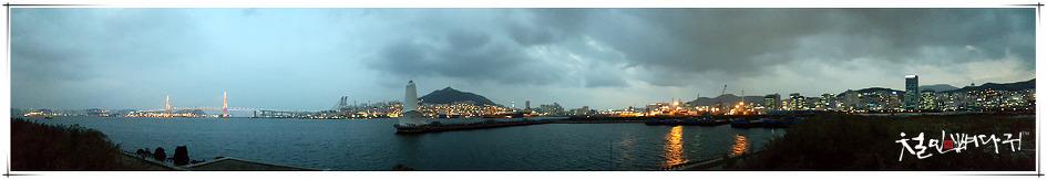 부산항 제2부두의 하얀등대가 있는 풍경